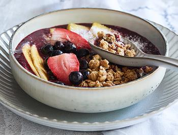 Smoothie bowl with granola